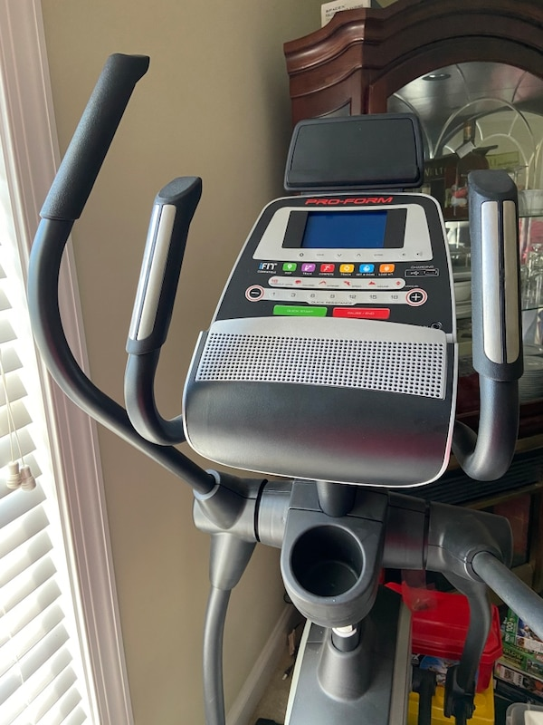 Pro-form 520E Elliptical in Excellent Condition 0538c73f-d499-4432-867f-a8aef25af567