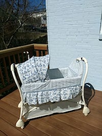 white and gray floral bassinet Woodbridge, 22191