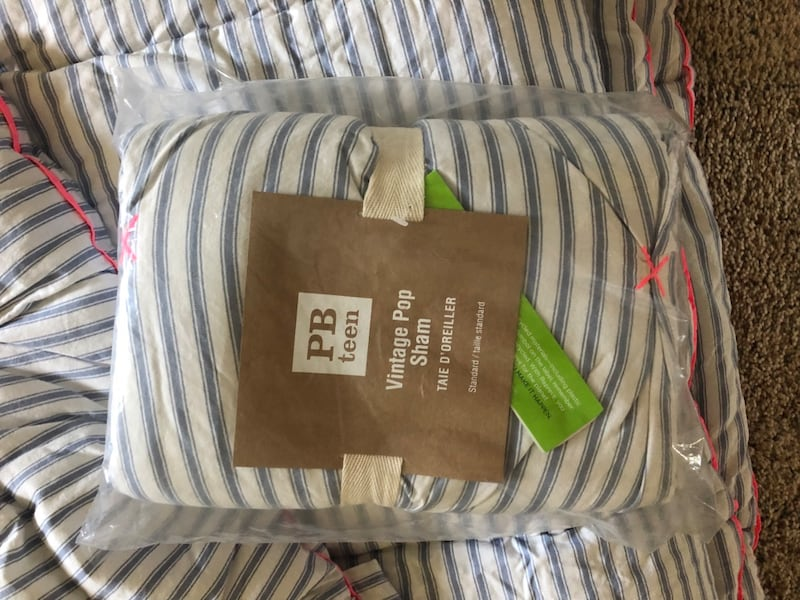 Pottery Barn Queen Comforter reversible. NEW- never used 1fdb412a-a87c-4820-be88-8db4959338ac