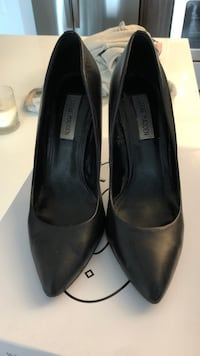 pair of black leather pointed toe pumps Hallandale Beach, 33009