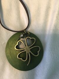 Silver-colored clover leaf pendant New York, 11224
