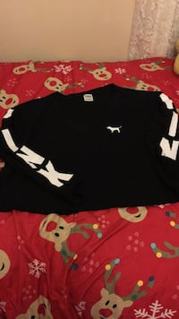 black and white Under Armour crew-neck shirt 513 km