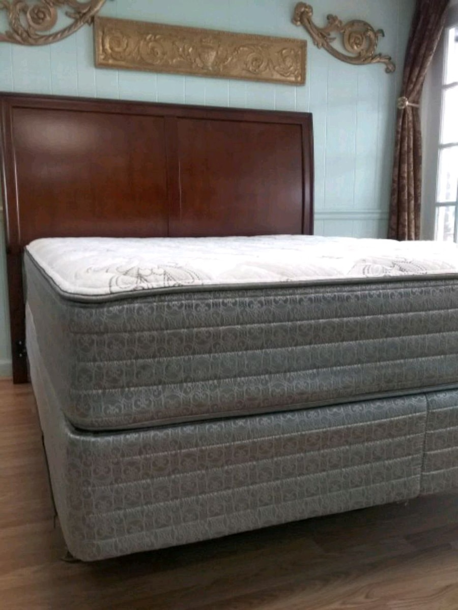 Photo New Rooms To Go Queen Bed with New Mattress Set / Pls Read the ad!