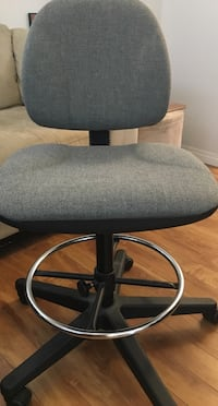 Desk chair, adjustable height. DELIVERY $5 Winnipeg, R3G 1S4
