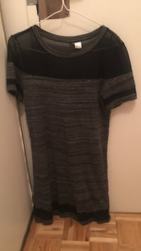 grey and black scoop-neck t-shirt