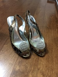 pair of gray peep-toe pumps Brossard, J4W 1B2
