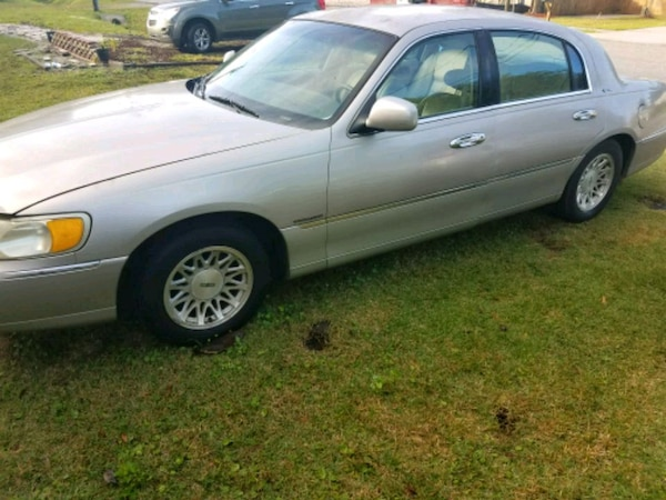 Used 1999 Lincoln Town Car Signature