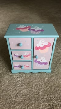 Dresser/Jewrey Box like new Boyds, 20841