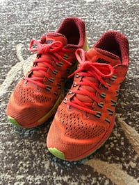 pair of red-and-green running shoes 萨里, V4A 9V8