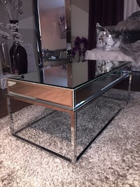 Gorgeous Mirrored Cocktail Table (New condition) Laurel, 20723
