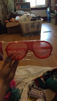 red and black framed sunglasses London, N5Y 3H1