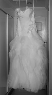 Women's white strapless wedding gown size 12 with earrings to match  Calgary, T3G 1S3