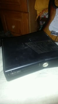 Xbox 360 with hookups and 2 games  Grass Valley, 95945