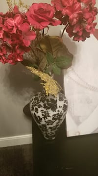 Elegant vase with gold and red flowers
