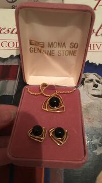 gold-colored-and-onyx Mona So Genuine Stone jewelry set with case 洛顿, 22079