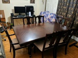 Extendable dining table, color is brown