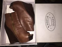 Pair of brown leather boots in box Gardena, 90247