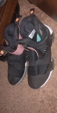 pair of black-and-gray Nike Huarache shoes 35 mi