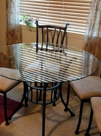 Dining table in glass and metal