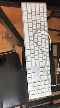 Apple wired keyboard with number pad Fairfax, 22031
