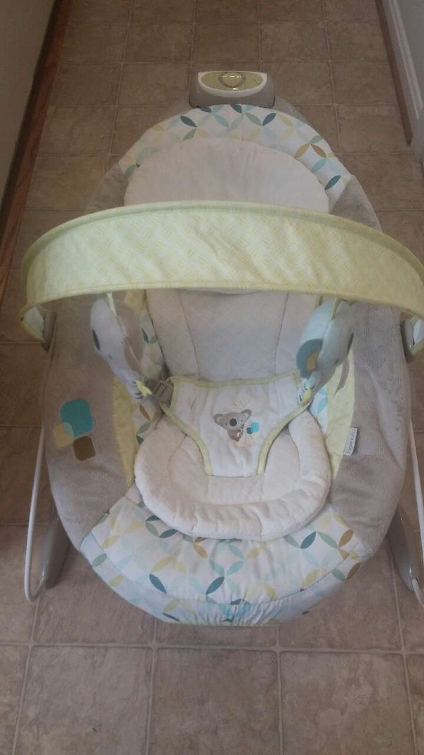 baby's white and green bouncer cb51ef8f-acf7-4f6a-8e54-1ef5b6c7654f
