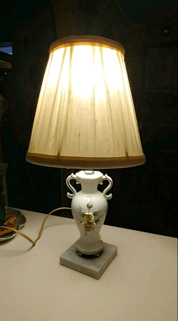 white yellow flower table lamp