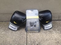 Pair of black Everlast boxing gloves with bag Toronto, M3M 2P1