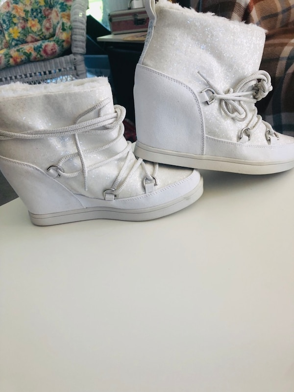 New in Box juicy Couture booties So White So Clean  7b243669-1e44-4068-b5c2-ccd30779d649