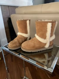 Girls ugg boots size 1.