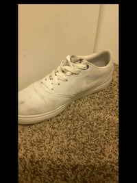 unpaired white Nike Air Force 1 low shoe 1613 mi