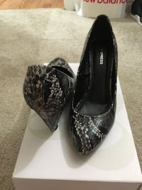 pair of black leather pointed-toe heels Centreville, 20120