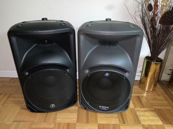 Mackie SRM 450 V2 2-Way Powered Loudspeakers with bag in great working condition