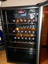 Wine chiller bar fridge in good condition works great like new serios buyers please pick up only  Mississauga, L5B 2C9