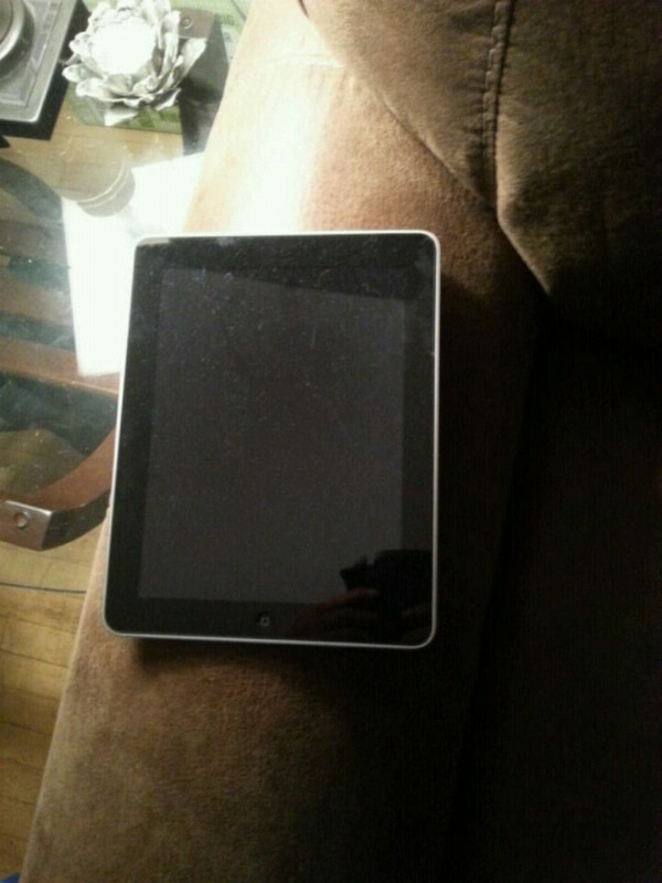 32gb Apple IPad. Mint condition. Charger included.