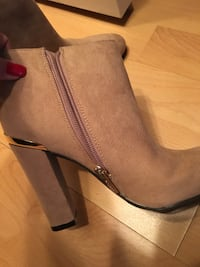 Size 5.5 ankle new suede guess booties