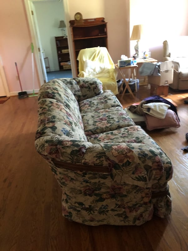 Free couch 0d08ab98-e572-4c27-81bd-38368b8ee505