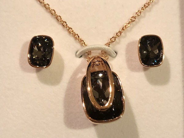 Swarovski pendant necklace and earrings set 87bc85a3-1b74-4275-9698-a0f564a58b55