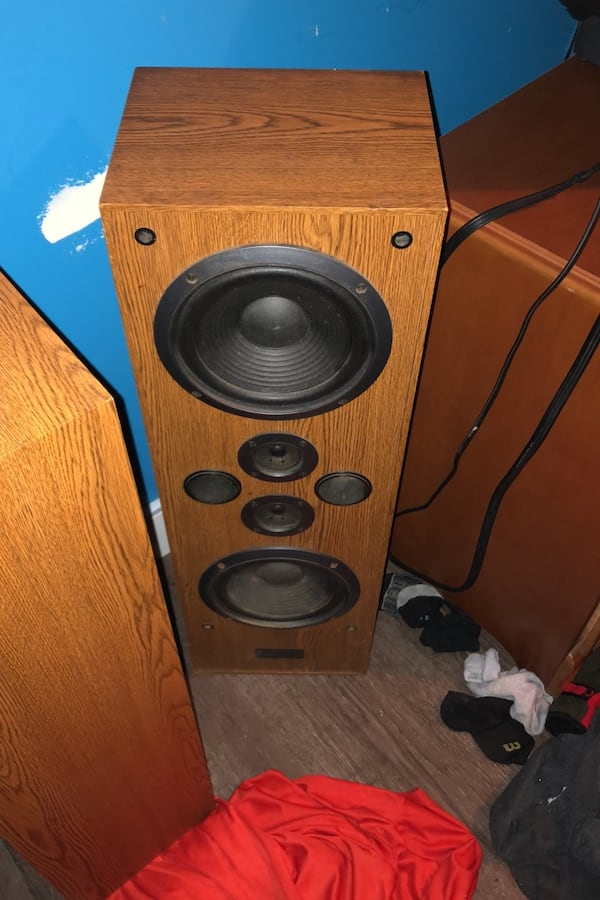 2 old speakers thay work d40669ae-ab01-42ac-a502-c9027227995b