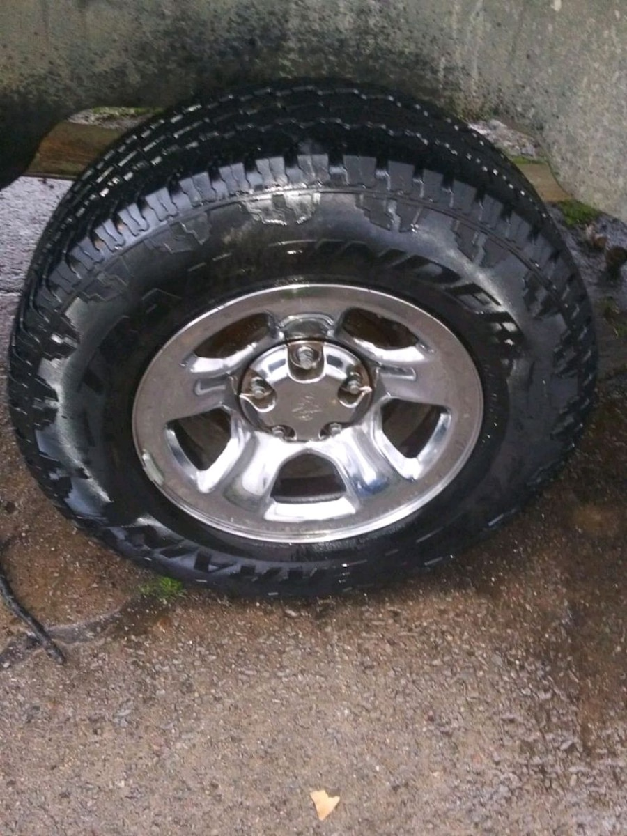 Photo 2003 Dodge Ram Pickup wheels stock rims w/tires on