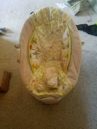 baby's yellow and white bouncer seat Chesapeake, 23321