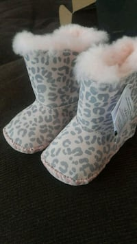 pair of white-and-brown leopard print boots Manassas Park, 20111