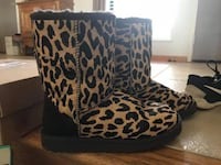 Ugg Boots short, brand new. Worn 2 times