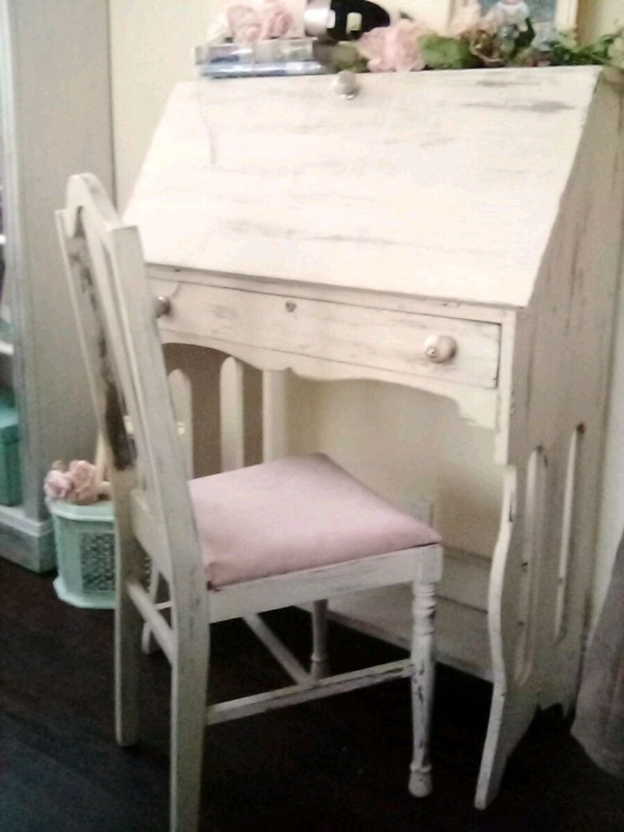 Photo Vintage desk and chair shabby chic