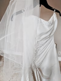 Wedding dress bridal gown size 10 with matching veil and straps Jacksonville, 32246