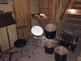 Drum kit w cymbals and cymbal stands