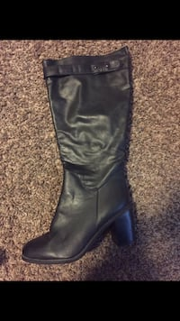 unpaired black leather chunky-heeled ankle boot Woodinville