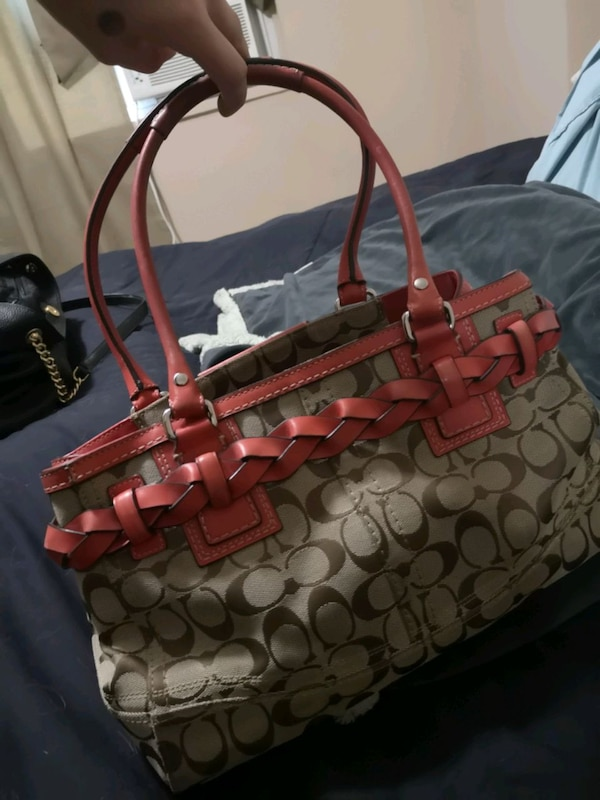 Authentic Coach Purse *priced for fast sale* cb5be4be-07d4-4995-9cad-3256144a1f3e