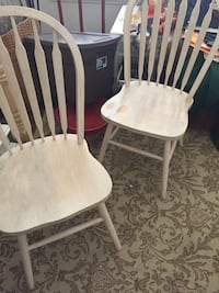 white wooden windsor chair with white pad