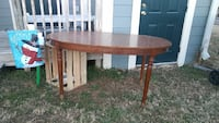 Oval dining table in good condition