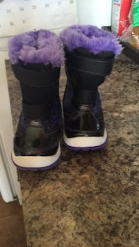 pair of black-and-purple duck boots Edmonton, T6L 5N7